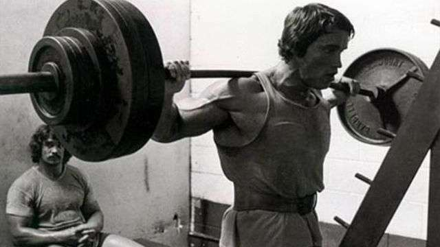 Agachamento livre é considerado um dos melhores exercícios para hipertrofia muscular que existem