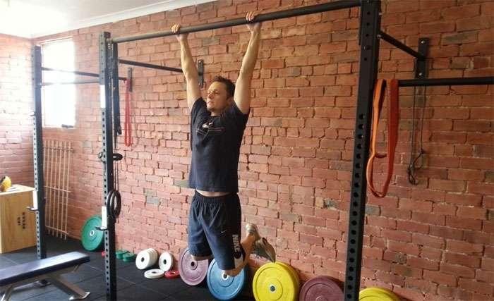 exercício suspensão na barra para fortalecer os músculos dos antebraços