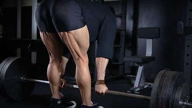 exercício stiff sendo feito com barra