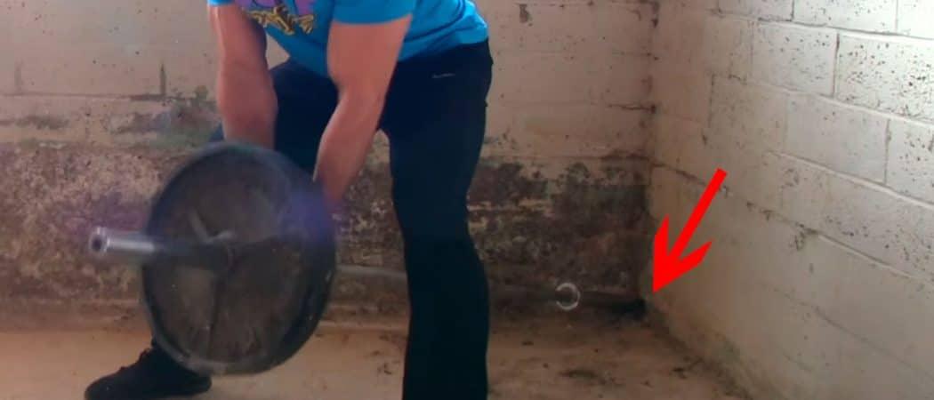 suporte improvisando para realizar remada cavalinho usando o canto da parede
