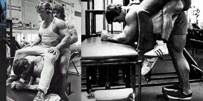 Arnold fazendo o exercício de panturrilha burrinho