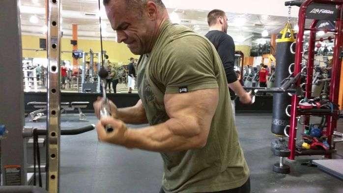 tríceps pulley com pegada supinada