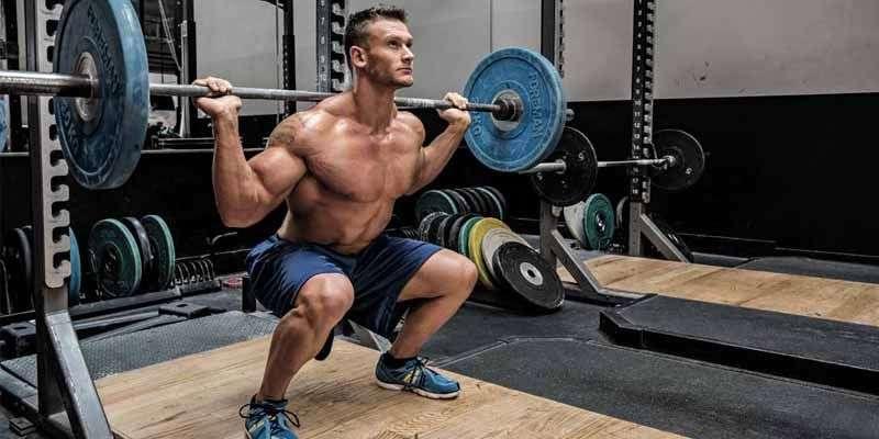 Agachamento livre com barra - um dos melhores exercícios para quadríceps