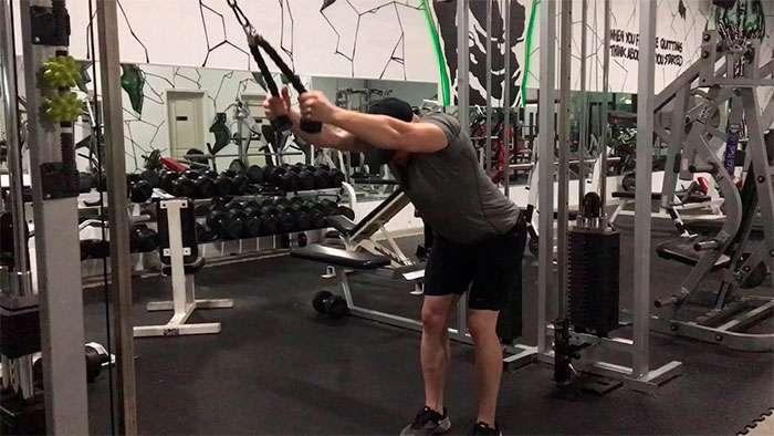 exercício pulldown com corda