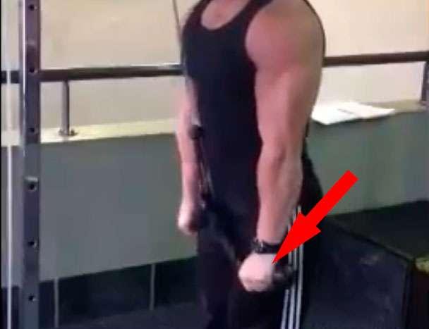 Esticar a corda na descida do tríceps com corda