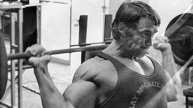 Arnold fazendo desenvolvimento por trás da cabeça